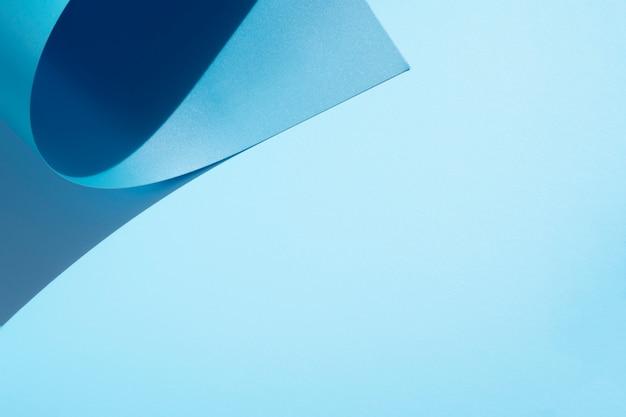 Copie el fondo del espacio y las hojas de papel curvadas