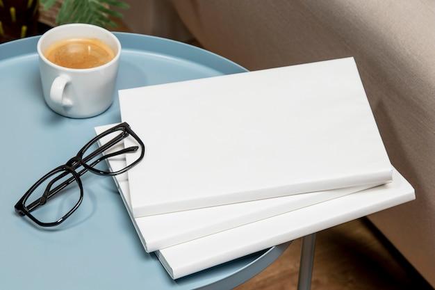 Copie el libro de espacio en la mesa azul claro