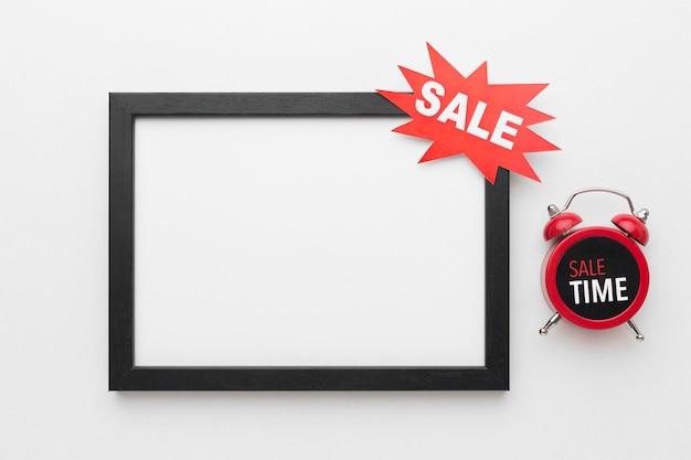 Copie el marco del espacio con etiqueta de venta y reloj