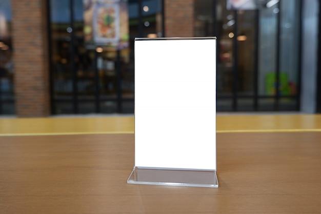 Copie el marco del menú del espacio en la tabla de madera
