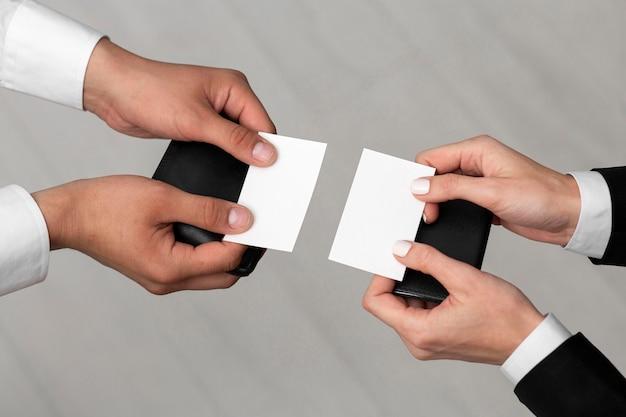 Copie las tarjetas de visita del espacio en las manos