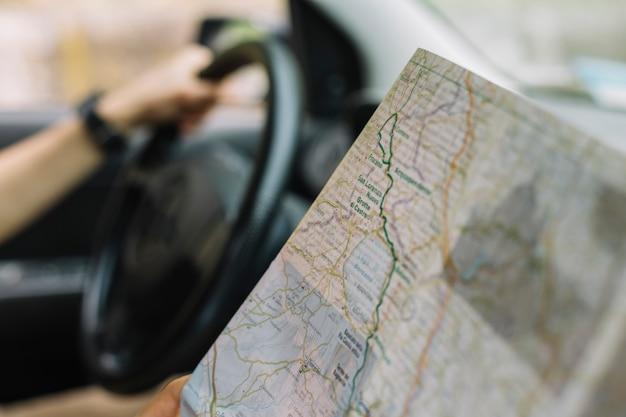Copiloto con mapa en coche