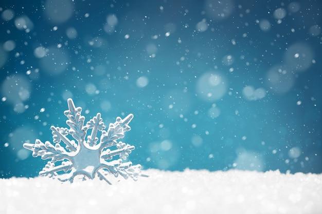 Copo de nieve transparente en un ventisquero