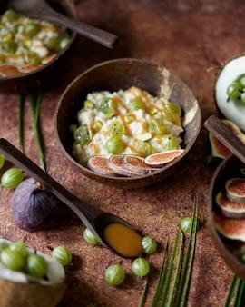 Copos de avena con coco, bayas de grosella, salsa de caramelo e higos. estilo asiático
