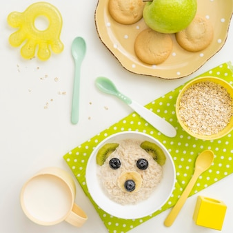 Copos de avena con leche en forma de oso para bebé