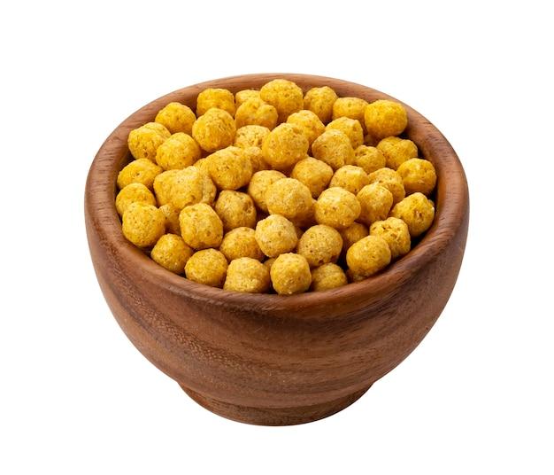 Copos de bolas de maíz en un tazón de madera aislado