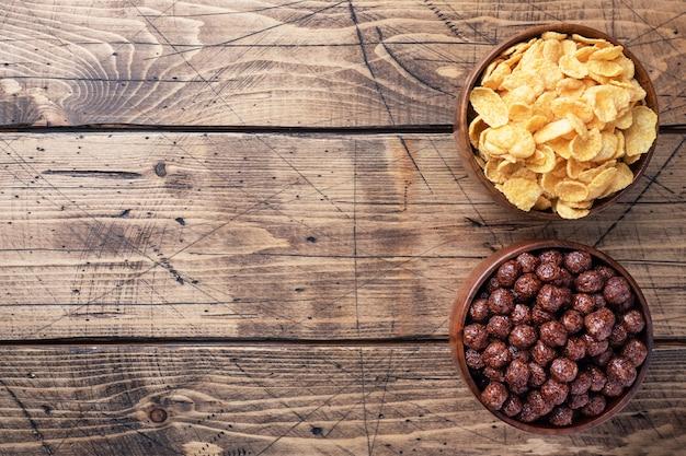 Copos de chocolate de bolas de cereales naturales y copos de maíz