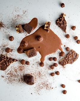 Copos de chocolate nueces vista superior de chocolate