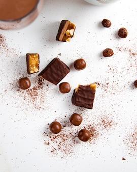 Copos de chocolate con nueces vista superior