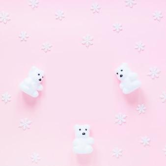 Copos de nieve cerca de osos de juguete