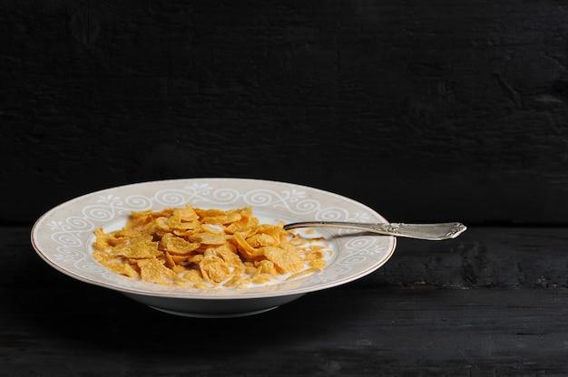 Copos de maíz con leche en un plato
