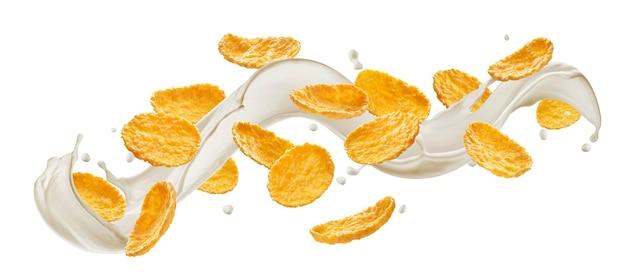 Copos de maíz con salpicaduras de leche aislado sobre fondo blanco.