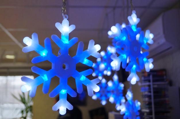 Copos de nieve brillantes iluminación navideña guirnalda luminosa