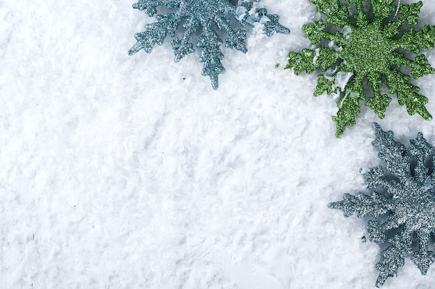 Copos de nieve de colores sobre la nieve