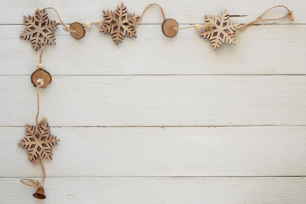 Copos de nieve decorativos navideños de vista superior en tablero de madera
