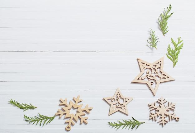Copos de nieve de madera sobre fondo blanco.