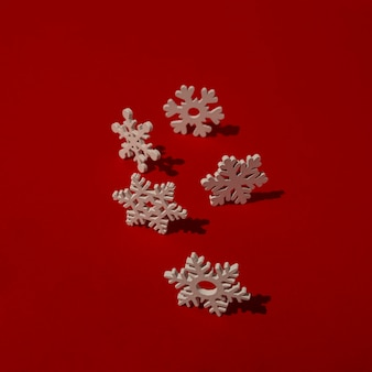 Copos de nieve de madera sobre mesa roja
