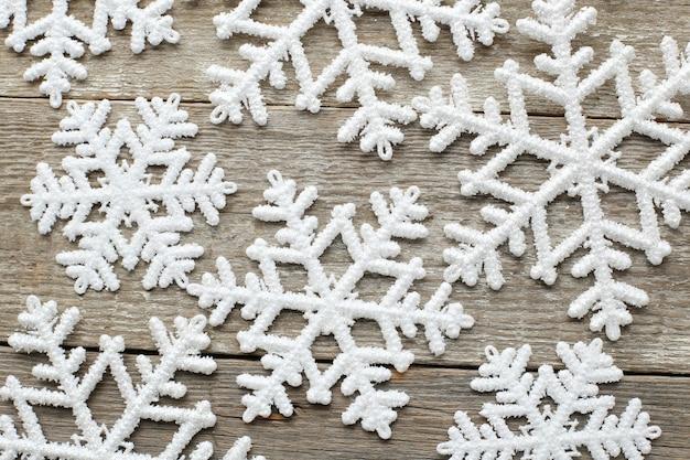 Copos de nieve en la mesa de madera