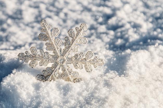 Copos de nieve de navidad en la nieve
