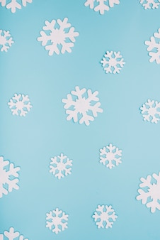 Copos de nieve de papel blanco