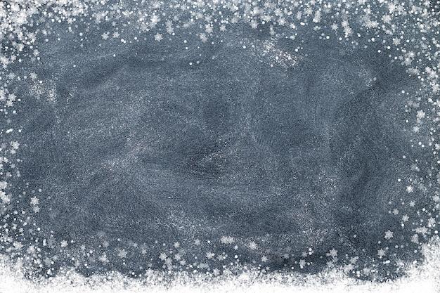 Copos de nieve en una pizarra negra. concepto de navidad
