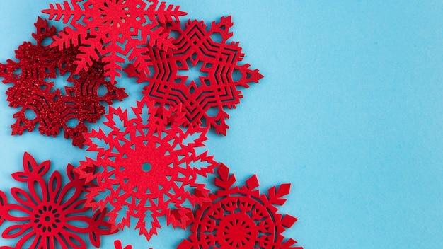 Copos de nieve rojos hechos a mano de vista superior