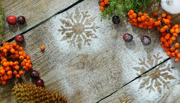 Copos de nieve sobre fondo de madera grunge con copyspace. concepto de vacaciones de invierno