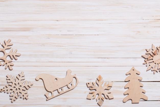 Copos de nieve sobre fondo de madera