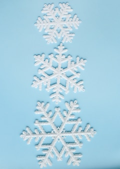 Copos de nieve sobre superficie azul