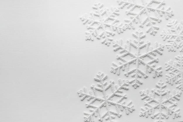Copos de nieve sobre superficie blanca