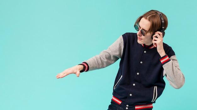 Copy-space boy con auriculares mezclando como dj