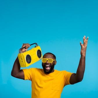 Copy-space hombre sonriente con cassette