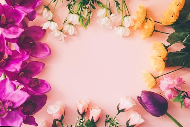 Copyspace de primavera con flores alrededor