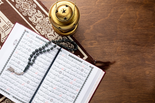Corán abierto con cuentas de oración.