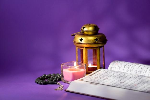 Corán abierto con elementos espirituales.