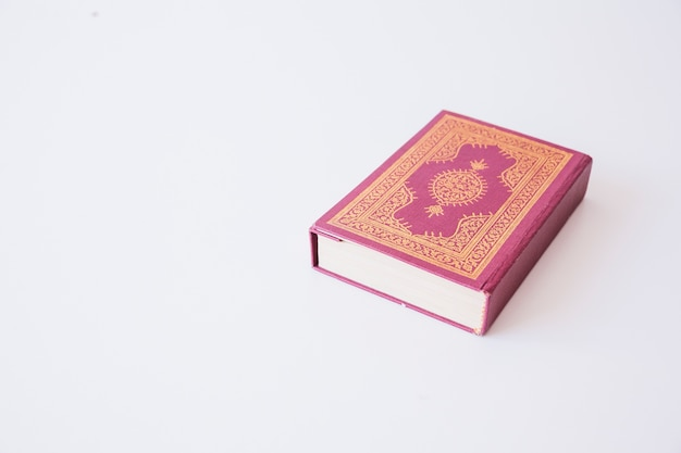 Corán acostado en la superficie blanca