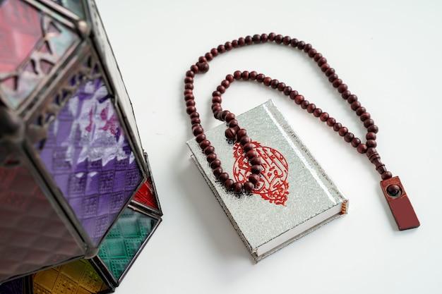 Corán árabe linterna y fondo de bolas de oración