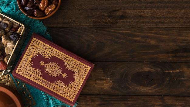 Corán cerca de dulces surtidos