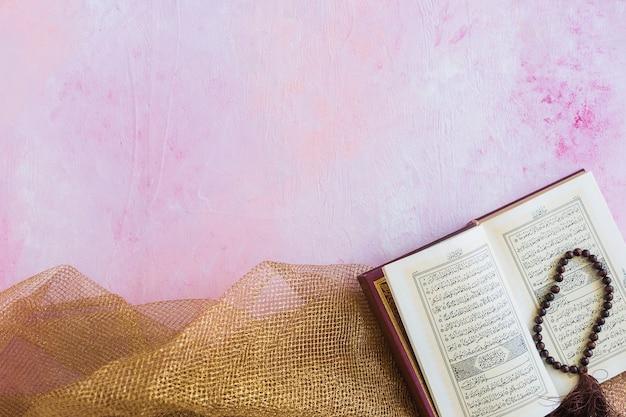 Corán con cuentas en mantel