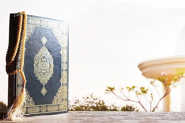 Corán y cuentas de oración sobre la mesa