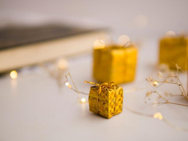 Corán desenfocado en mesa festiva