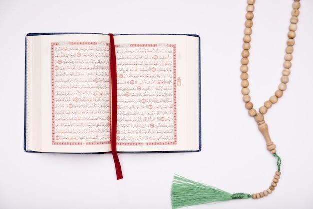 Corán laico plano abierto sobre la mesa