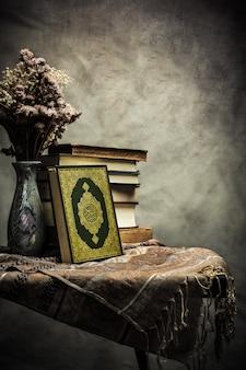 Corán - libro sagrado de los musulmanes (artículo público de todos los musulmanes) sobre la mesa, bodegón