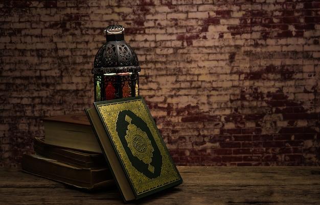 Corán - libro sagrado de los musulmanes (artículo público de todos los musulmanes) sobre la mesa, naturaleza muerta