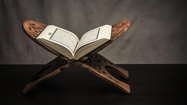 Corán - libro sagrado de los musulmanes (artículo público de todos los musulmanes) sobre la mesa