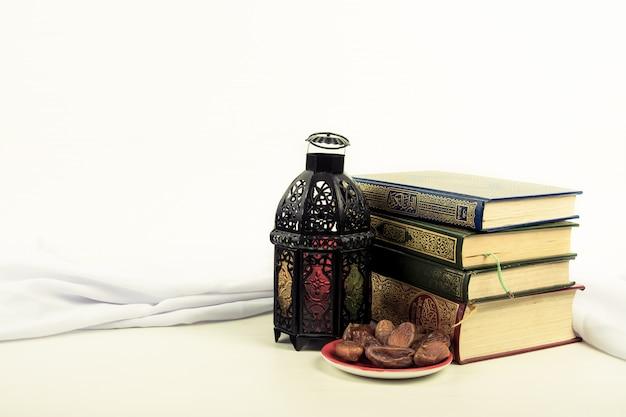 Corán, libro sagrado de los musulmanes con estilo de linterna iluminada árabe o marruecos