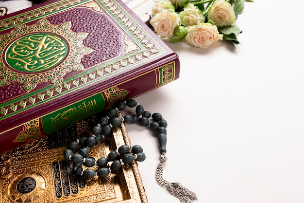 Corán con rosas y musbaha con copia espacio.