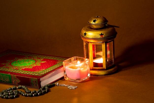 Corán tradicional y luz atmosférica.