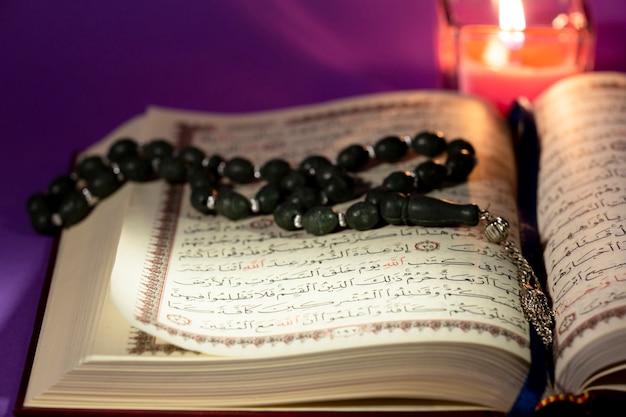 Corán vista cercana con masbaha
