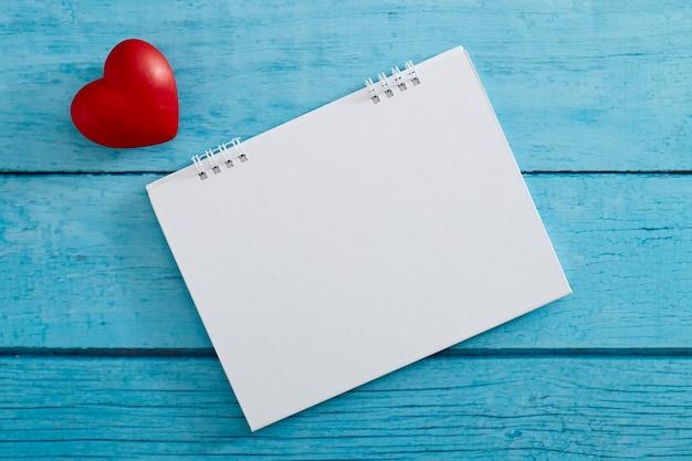 Corazón de amor y calendario vacío